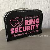 geef de ringdrager een mooi koffertje met naam en datum