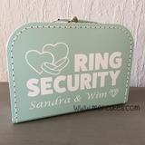 kind ringen laten brengen bruiloft, idee om ringen te overhandigen, ring beveiliging koffer