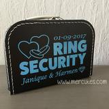 leuk idee voor een bruiloft, ring security koffertje. Laat je kind trots de ringen drager