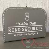 Orgineel idee bruiloft, ringbeveiliger koffer met namen van mercikes.com