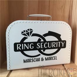 Koffer Ringdrager Twee Ringen met Namen Bruidspaar